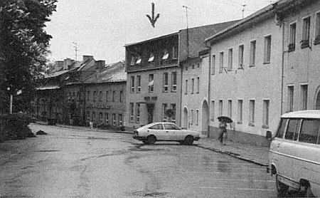 Na snímku z května 1985 je šipkou označena stavba, která ho nahradila