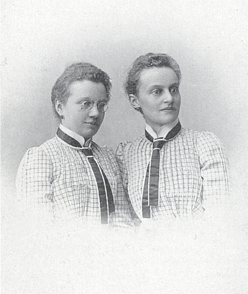 Fanni Greiplová (vpravo) se sestrou