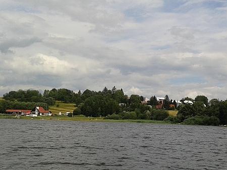 Hrdoňov dnes z paluby lodi na Lipenském jezeře