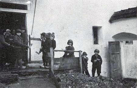 Květušínští kluci s řehtačkami na dvoře u Boirů o Velikonocích roku 1938