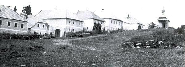 Hrdoňov, odkud pocházel Grillův otec Matthias, na snímku z roku 1950, dva roky předtím, než byl docela srovnán se zemí