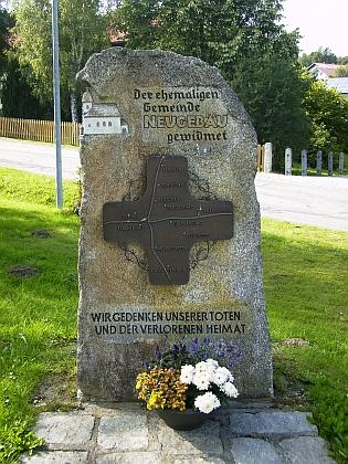 Pamětní kámen u repliky stožecké kaple vbavorském Philippsreutu připomíná někdejší farnost Nový Svět