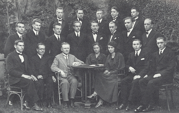 Mezi maturanty krumlovského gymnázia stojí roku 1933 druhý zleva v prostřední řadě