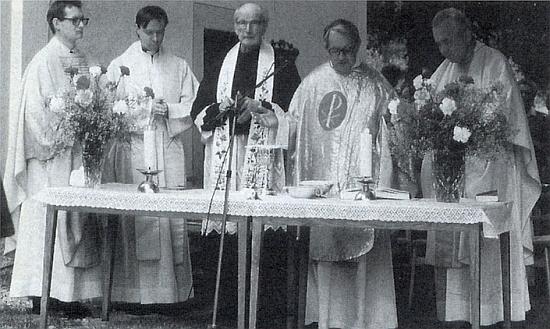 """Při vysvěcení kaple v Dobré Vodě u Záblatí roku 1994 je zachycen třetí zleva, vedle něho s iniciálou slova """"Pax"""" na ornátu stojí generální vikář Václav Dvořák"""