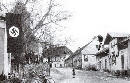 Náves v Děpolticích s nacistickou výzdobou na snímku FranzeSeidela