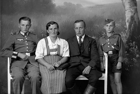 """Rodina Grillova z Milné čp. 8 na Seidelově snímku, datovaném 30. září 1942, tj. 4 roky po osudné mnichovské """"dohodě"""""""