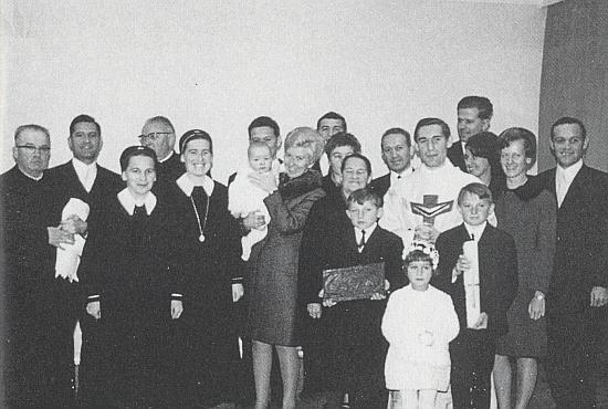 Další snímek z primice ho zachycuje s příbuznými