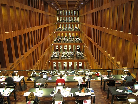 """Čítárna (v originále """"Leseterrassen"""") v berlínském Jacob-und-Wilhelm-Grimm-Zentrum - všechny židle na terasách jsou umístěny tak, aby čtenář viděl do tohoto úžasného prostoru"""
