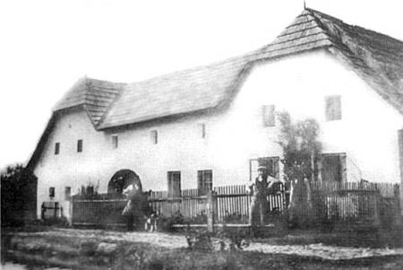 """Selské stavení čp. 25 v Radčicích, kde se říkalo """"U Wagnerů"""" (""""beim Wagner"""") a kde se narodila"""