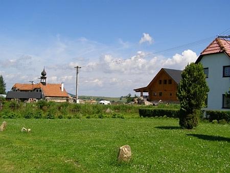 """Radčice dnes, s neúplným původním vierkantem - obec má dnes jen několik stálých obyvatel,     zbytek tvoří rekreační """"chalupáři""""; v údolí Pohořského potoka se konají letní stanové tábory"""