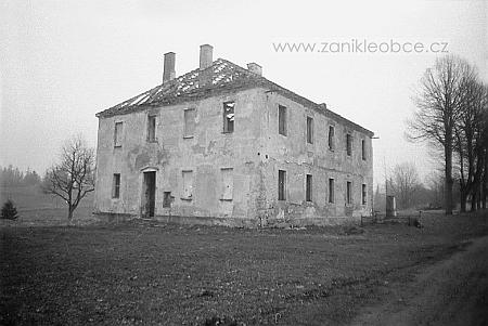 Ještě stojící budova školy v Pohoří na snímku z roku 1991