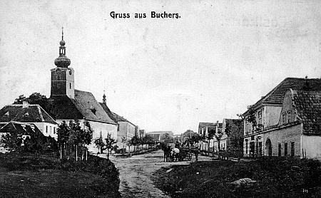 Pohlednice z Pohoří na Šumavě zachycuje vpravo od kostela i školu