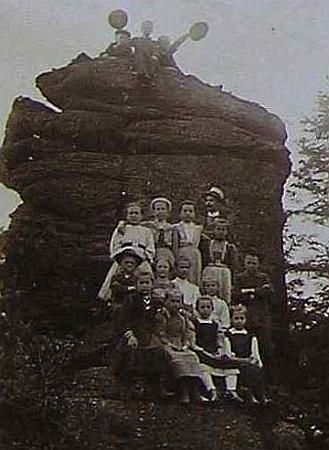"""S dětmi na výletě """"do bližšího okolí"""" školy v Horní Stropnici na snímku, vlepeném roku 1912 do školní kroniky"""