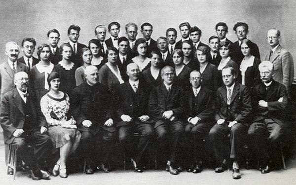 Tady stojí ve druhé řadě studentek učitelského ústavu v Českých Budějovicích mezi před ní sedícími profesory Leberlem aStrassem (jsou tu v prvé řadě zachyceni i Constanze Sedlmeyerová, Laurenz Niescher a ředitel Hoschek) na snímku ze školního roku 1929-1930