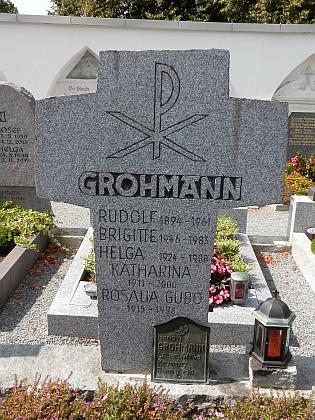 Na hřbitově v Röhrnbachu je pohřbena s manželem Rudolfem a sestrou Rosalií