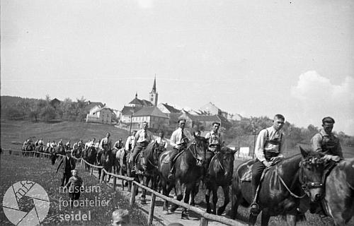 """Letniční """"koupání krále"""", mladí na koních nikoli na Strýčicku, ale u Hořic na Šumavě"""
