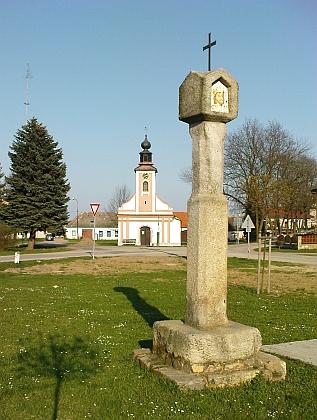 Kaple Panny Marie a gotizující boží muka (morový památník) na radošovické návsi...