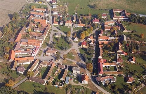 Její rodné Radošovice si dodnes celkem zachovaly původní půdorys