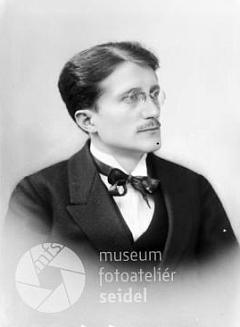 Na snímku z května 1924 z fotoateliéru Seidel