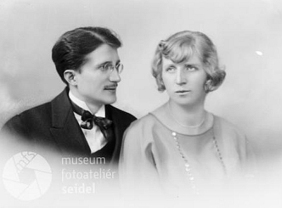 Se svou první ženou Margarethe (sestrou Wilibalda Schweydy) na snímku datovaném 20. května roku1924