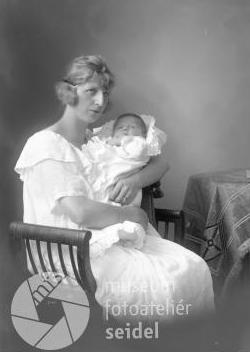 ... a s dítětem na snímku, datovaném 13. července 1924