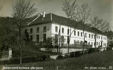 Böhmerwaldmuseum v Horní Plané na snímku Josefa Seidela z dob meziválečných a na záběru z konce osmdesátých let dvacátého století před rekonstrukcí budovy
