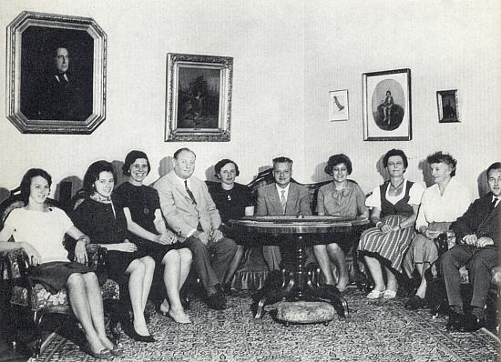 S Dr. Aldemarem Schiffkornem a převážně dámskými spolupracovnicemi Institutu Adalberta Stiftera v Linci je tu sedící čtvrtý zleva někdy kolem roku 1965