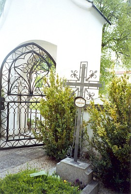 Grossův hrob u branky do klášterního hřbitova v rakouském Schläglu