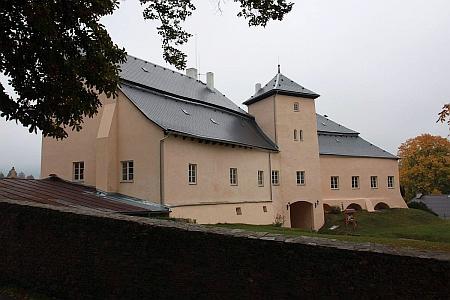 Opravená dešenická tvrz - sídlo Krakovských z Kolowrat