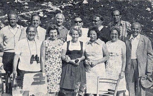 Na snímku se spolužáky, kteří spolu s ním maturovali roku 1942 na gymnáziu v Krumlově (tehdy Krummau an der Moldau), stojí zcela vpravo s čepicí v ruce