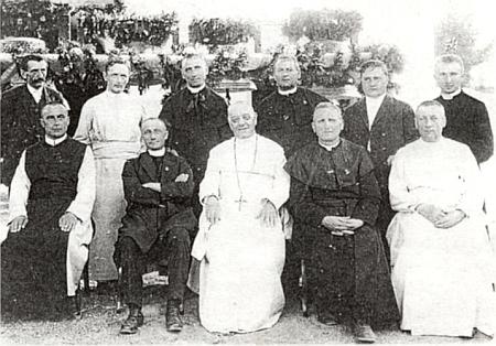 Svěcení zvonů v roce 1923 (děkan Gross stojící třetí zprava)