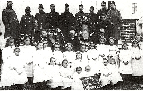 Odvoz zvonů z Rychnůvku ve válečném roce 1916 (děkan Gross uprostřed vlevo)