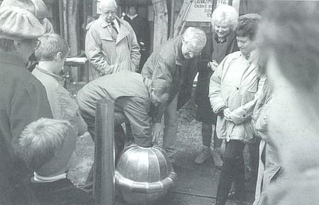 Jako iniciátor opravy kostela ve Svatém Tomáši vkládá tu počátkem devadesátých let poselství budoucím do koule věžního hrotu