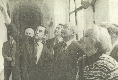 Michael Buquoy ukazuje Ottovi Habsburkovi obrazy vchodbě novohradského kláštera, vpravo prezidentka Panevropské unie Čech Alena Groulíková