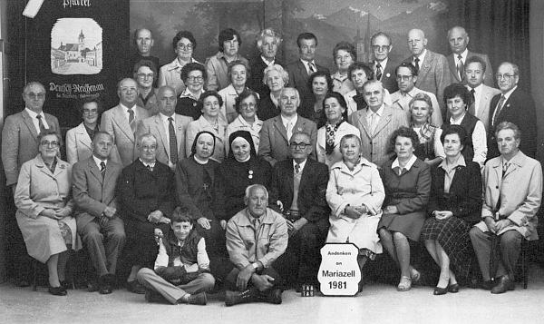 S poutníky do Mariazell, rodáky z někdejšího Německého Rychnova u Frymburku, stojí v roce 1981 vedle jejich farní korouhve v zadní řadě