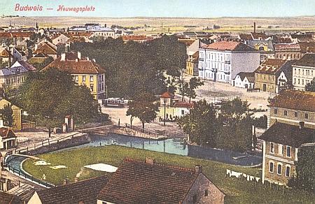 """""""Jeho"""" Vyšebrodský dům na staré pohlednici z dob, kdy Senovážným náměstím tekla ještě nezakrytá Mlýnská stoka"""