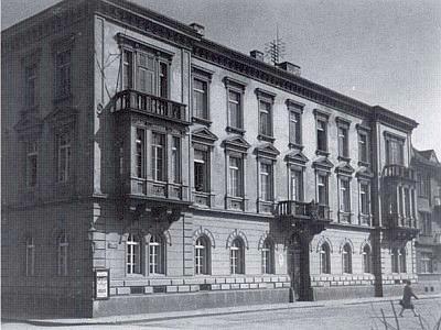 Vyšebrodský dům na snímku z třicátých let dvacátého století ještě s kamenným znakem opatství nad vstupními vraty...