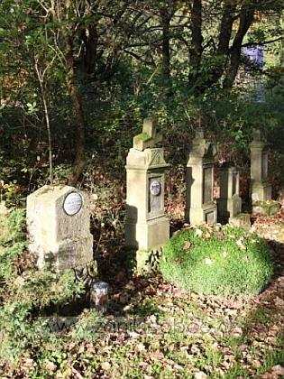Zbylé náhrobky na hřbitově v Pavlově Studenci, v detailu ten, patřící někdejšímu zdejšímu faráři Aloysi Bayerovi
