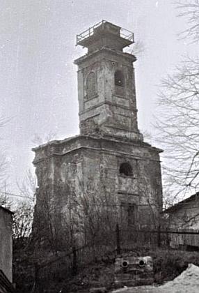 Na snímku z roku 1977 je již ubourána většina lodi, kostel byl odstřelen v témže roce jako poslední budova zaniklé farní osady
