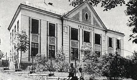 Budova německé obecné školy v Předním Pavlově Studenci, kam po několik let chodil