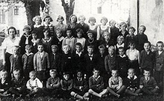 Na školním snímku z roku 1934 sedí tehdy osmiletý mezi žáky německé obecné školy v Předním Pavlově Studenci v první řadě čtvrtý zleva