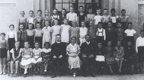 Na snímku se třídou z téhož roku