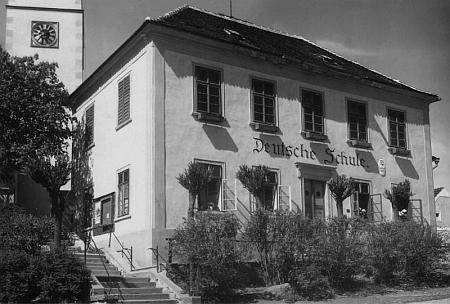 Německá škola v Přídolí na staré pohlednici a dnes (2017)