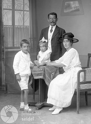 S rodinou na snímku z fotoateliéru Seidel sdatem 7. července 1921