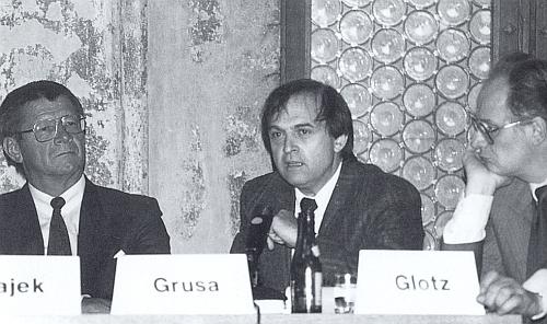 Při pódiové diskusi v Řezně roku 1987 mezi O. H. Hajekem a Peterem Glotzem