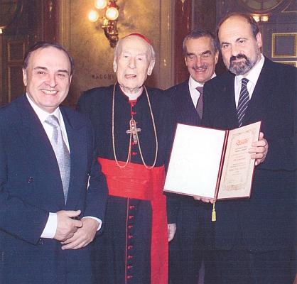 Při udílení ceny kardinála Königa Tomáši Halíkovi v Praze roku 2003 stojí napravo od Jiřího Gruši kardinál König, Karel Schwarzenberg a Tomáš Halík