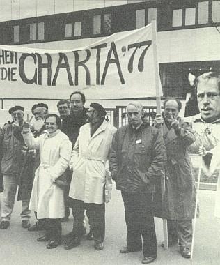 Při demonstraci před velvyslanectvím ČSSR v Bonnu za propuštění Václava Havla roku 1989 (třetí zprava)