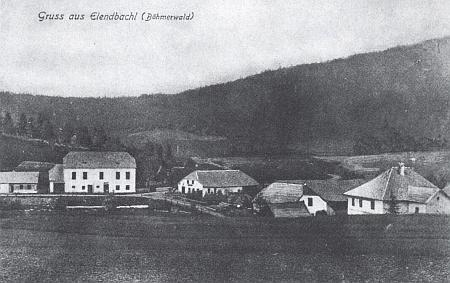 """""""Pozdrav ze vsi Elendbachl"""" má vlevo zachycenu místní školu, do které chodil"""