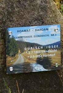 """V databázi Drobné památky je tento snímek nazván """"Pomník Josefa Gubische na Polce"""""""