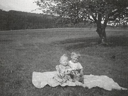 Ona a malý Walter, její synovec, v létě roku 1944 vedle rodného domu, za nimi jabloň, která tam až dosud stojí a plodí